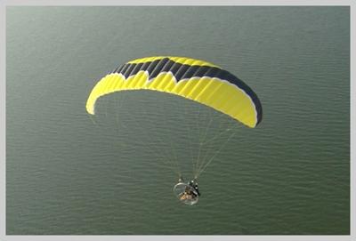 【空撮】パラグライダー空撮とは?ドローン空撮では撮れないエリアも撮影可能!